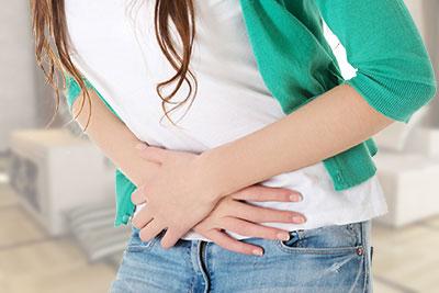 Unwohlsein, Ziehen im Unterbauch, Krämpfe, Schmerzen vor und während der ersten Tage der Menstruation gehören für viele Frauen zum Alltag und werden oft als normal hingenommen und ertragen.